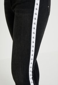 Calvin Klein Jeans - 010 HIGH RISE SKINNY ANKLE - Jeans Skinny - stockholm black monogram tape - 5