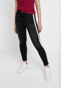 Calvin Klein Jeans - 010 HIGH RISE SKINNY ANKLE - Jeans Skinny - stockholm black monogram tape - 0