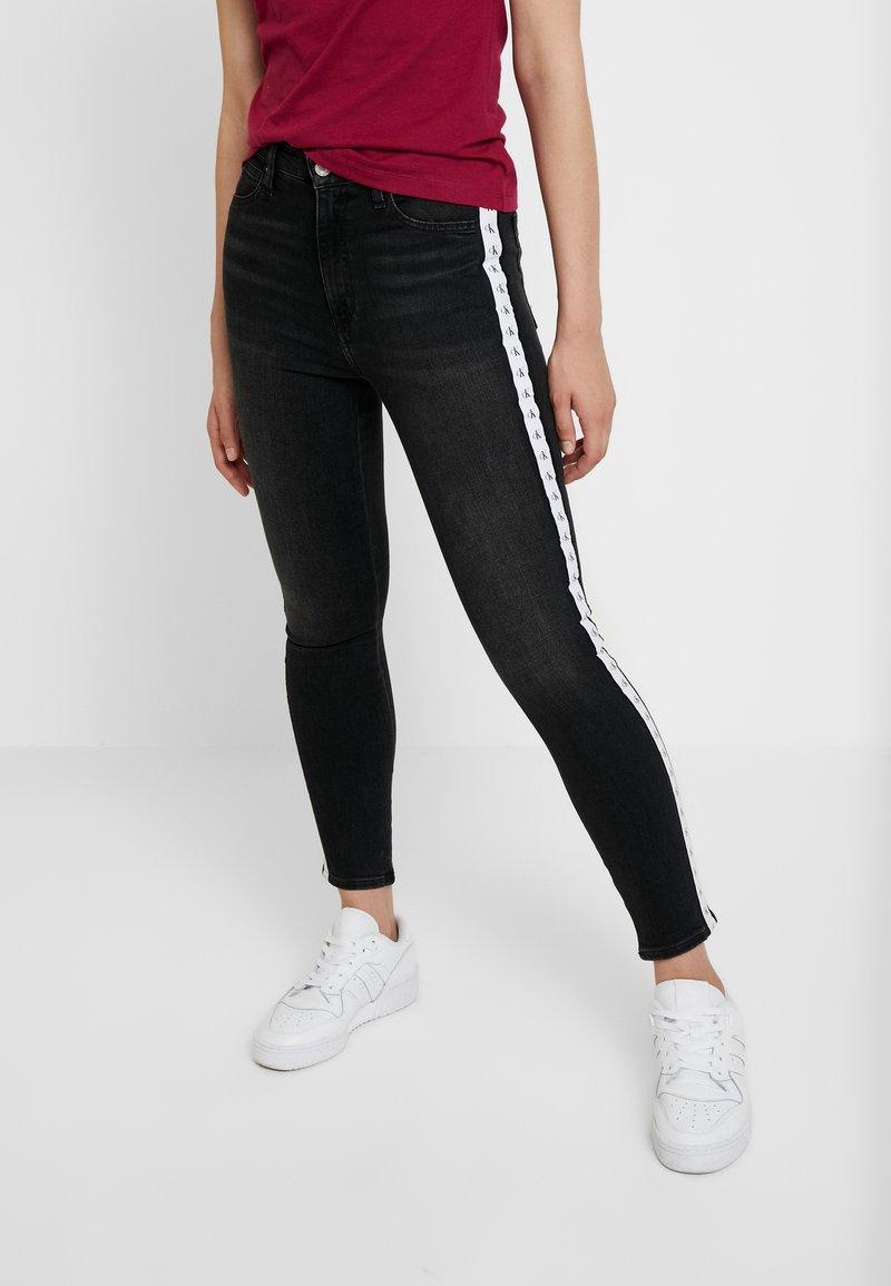 Calvin Klein Jeans - 010 HIGH RISE SKINNY ANKLE - Jeans Skinny - stockholm black monogram tape
