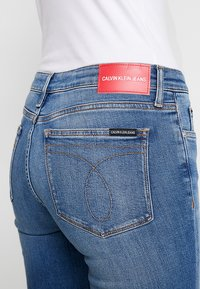Calvin Klein Jeans - MID RISE ANKLE - Jeans Skinny Fit - saxon blue embroidery - 4