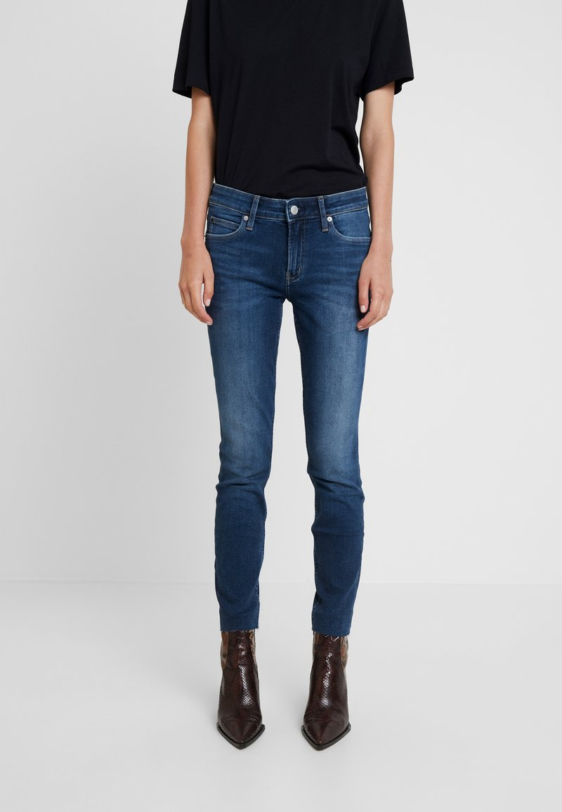 Calvin Klein Jeans - MID RISE ANKLE - Jeans Skinny Fit - wesley blue raw hem