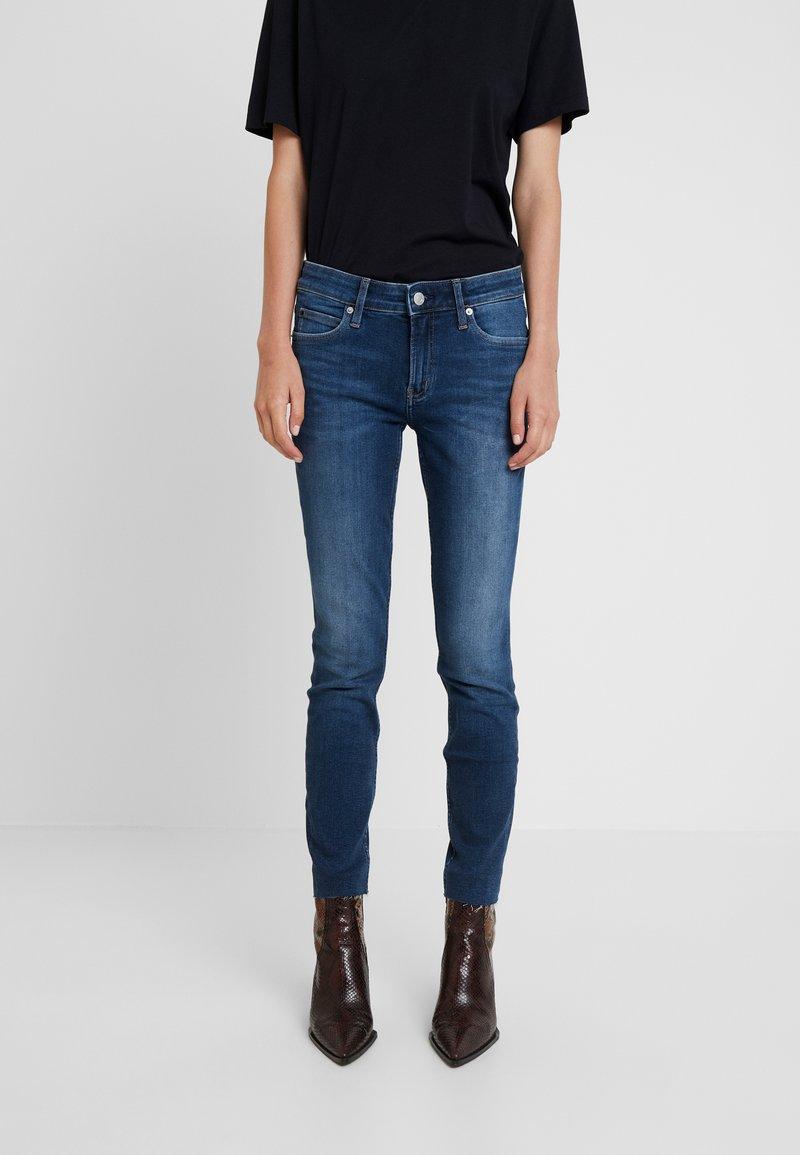 Calvin Klein Jeans - MID RISE ANKLE - Skinny džíny - wesley blue raw hem