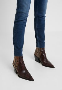 Calvin Klein Jeans - MID RISE ANKLE - Jeans Skinny Fit - wesley blue raw hem - 3