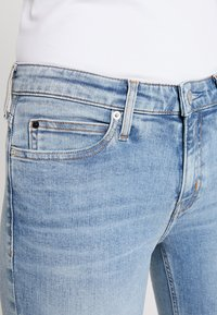 Calvin Klein Jeans - MID RISE CROP - Jeans Skinny Fit - everglades blueraw - 5