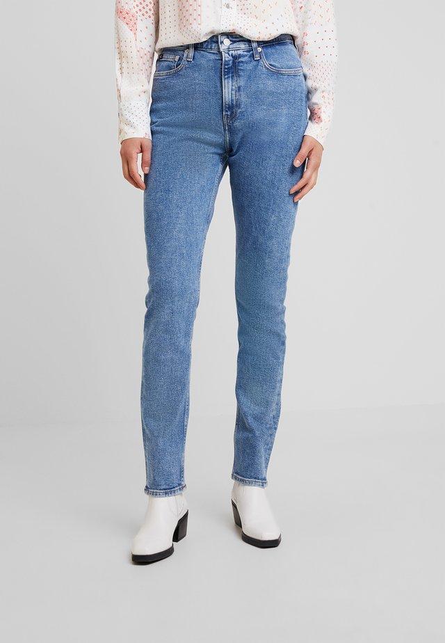 CKJ 020 HIGH RISE SLIM - Slim fit jeans - iconic mid stone cmf
