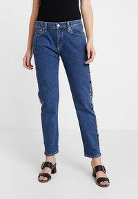 Calvin Klein Jeans - MID RISE BOY - Džíny Relaxed Fit - blue denim - 0