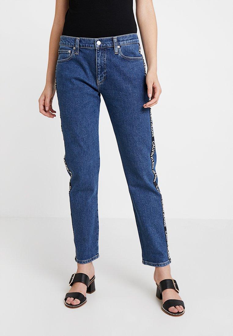 Calvin Klein Jeans - MID RISE BOY - Džíny Relaxed Fit - blue denim