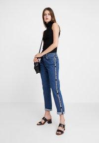 Calvin Klein Jeans - MID RISE BOY - Džíny Relaxed Fit - blue denim - 2