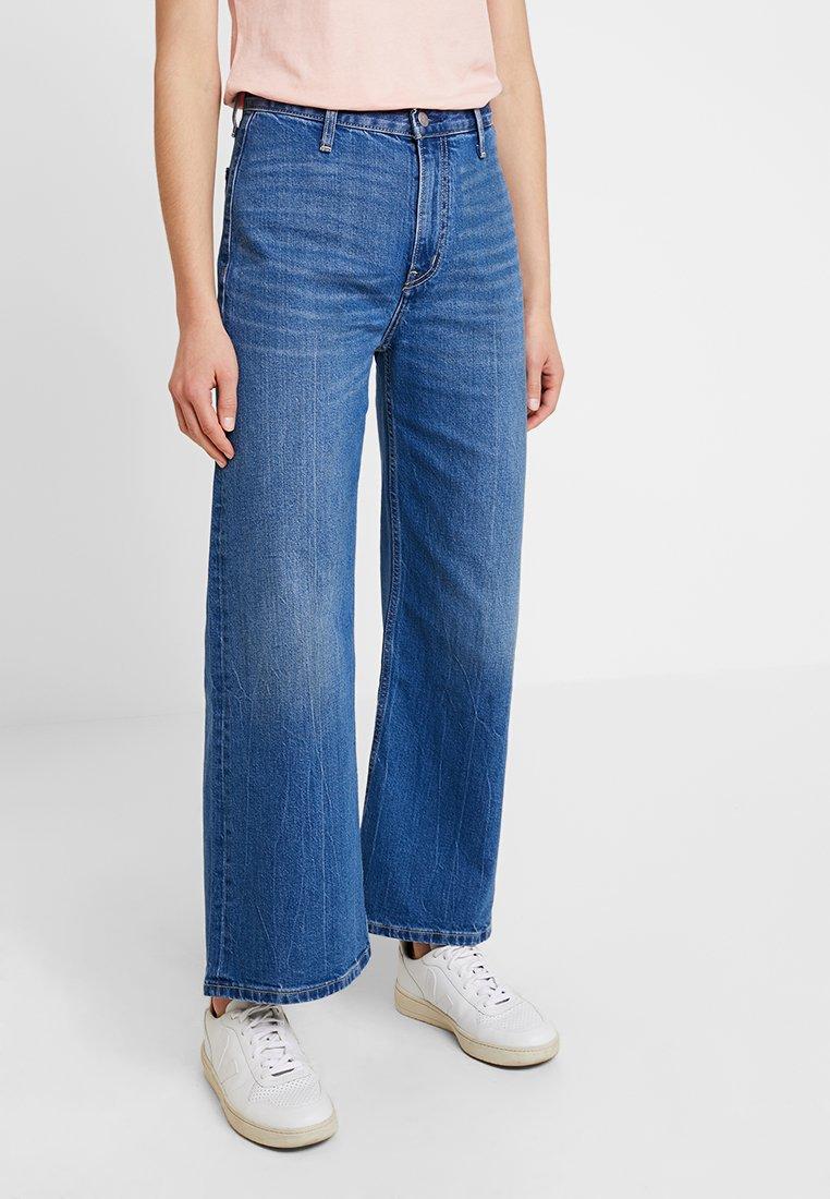 Calvin Klein Jeans - WIDE LEG ANKLE - Široké džíny - iconic mid wear blue