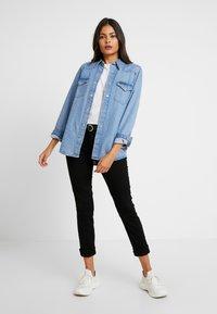 Calvin Klein Jeans - MID RISE - Jeans Skinny Fit - eternal black - 1