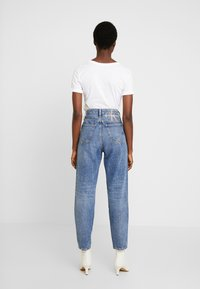 Calvin Klein Jeans - MOM JEAN - Relaxed fit jeans - ca050 mid blue - 2