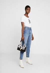 Calvin Klein Jeans - MOM JEAN - Relaxed fit jeans - ca050 mid blue - 1