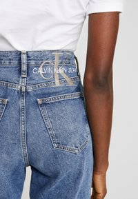 Calvin Klein Jeans - MOM JEAN - Relaxed fit jeans - ca050 mid blue - 5