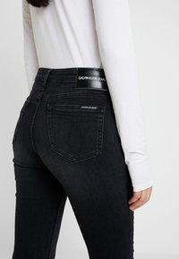 Calvin Klein Jeans - MID RISE SLIM - Jean slim - black - 5