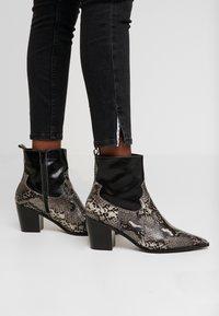 Calvin Klein Jeans - CKJ MID RISE SKINNY - Jeans Skinny Fit - black - 3