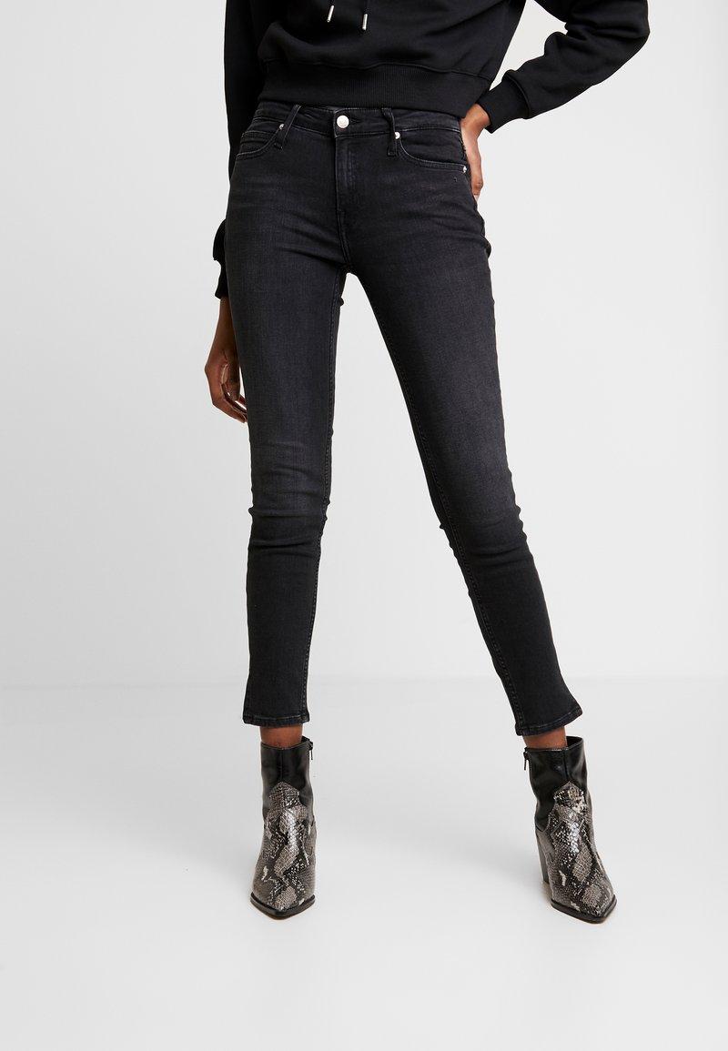 Calvin Klein Jeans - CKJ MID RISE SKINNY - Jeans Skinny Fit - black