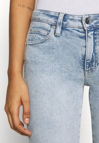 Calvin Klein Jeans - MID RISE SKINNY ANKLE - Jeans Skinny Fit - bleach blue - 6