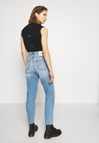 Calvin Klein Jeans - CK ONE MOM ANKLE - Relaxed fit jeans - light blue - 2