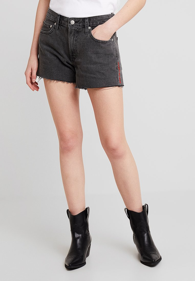 Calvin Klein Jeans - MID RISE WEEKEND  - Jeans Shorts - windy black/red
