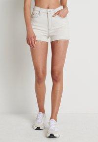 Calvin Klein Jeans - HIGH RISE SHORT - Farkkushortsit - bleach grey - 0
