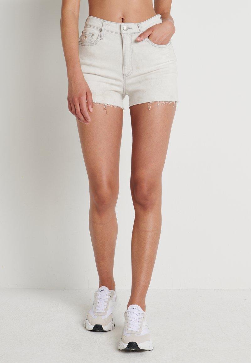 Calvin Klein Jeans - HIGH RISE SHORT - Farkkushortsit - bleach grey