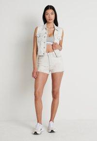 Calvin Klein Jeans - HIGH RISE SHORT - Farkkushortsit - bleach grey - 1