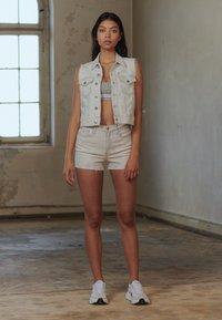 Calvin Klein Jeans - HIGH RISE SHORT - Farkkushortsit - bleach grey - 3