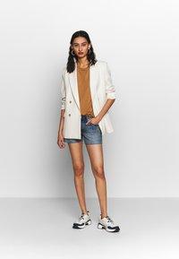 Calvin Klein Jeans - MID RISE SHORT - Jeans Shorts -  light blue - 1