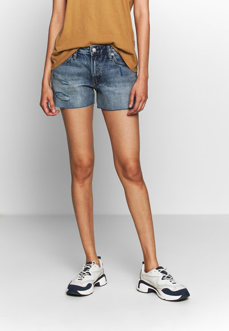 Calvin Klein Jeans - MID RISE SHORT - Jeans Shorts -  light blue