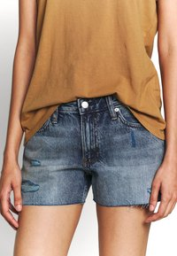Calvin Klein Jeans - MID RISE SHORT - Jeans Shorts -  light blue - 3
