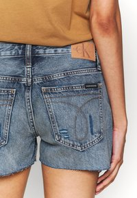 Calvin Klein Jeans - MID RISE SHORT - Jeans Shorts -  light blue - 5
