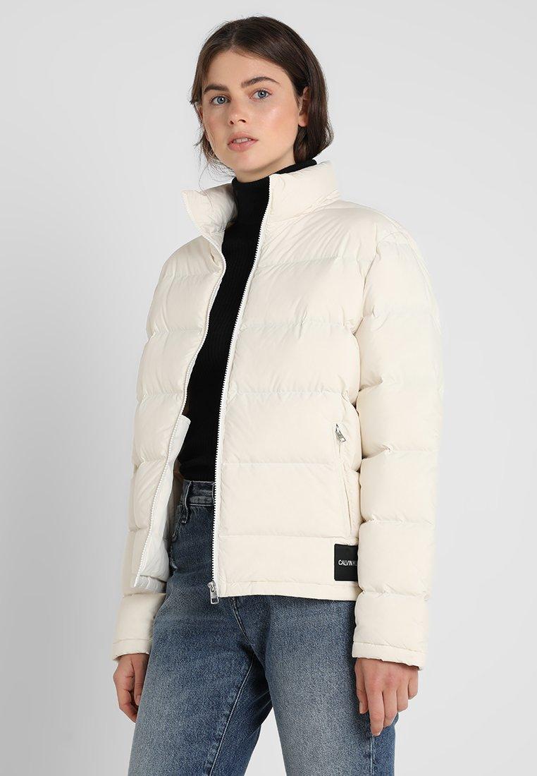 Calvin Klein Jeans - LIGHT SHORT PUFFER - Piumino - egret