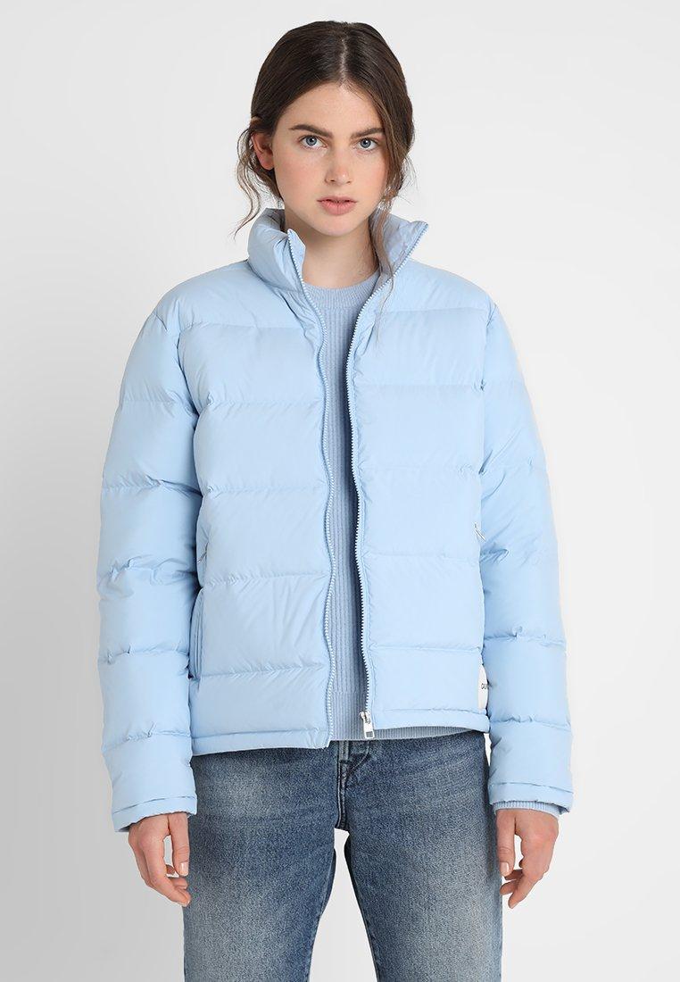 Calvin Klein Jeans - LIGHT SHORT PUFFER - Bunda zprachového peří - chambray blue