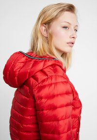 Calvin Klein Jeans - PADDED PUFFER WITH LOGO BINDING - Light jacket - barbados cherry - 3