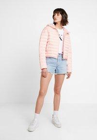 Calvin Klein Jeans - PADDED PUFFER WITH LOGO BINDING - Lehká bunda - blossom - 1