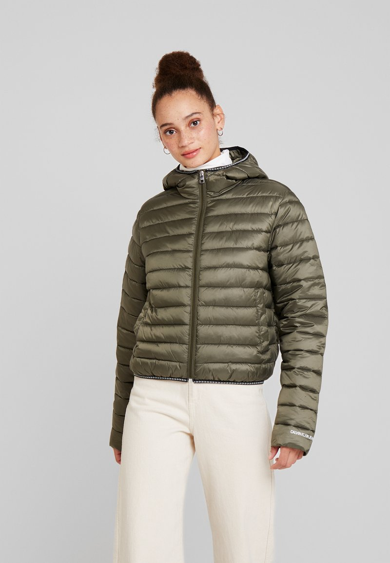 Calvin Klein Jeans - PADDED PUFFER WITH LOGO BINDING - Übergangsjacke - grape leaf