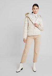 Calvin Klein Jeans - FITTED PUFFER - Dunjakke - bleached sand - 1