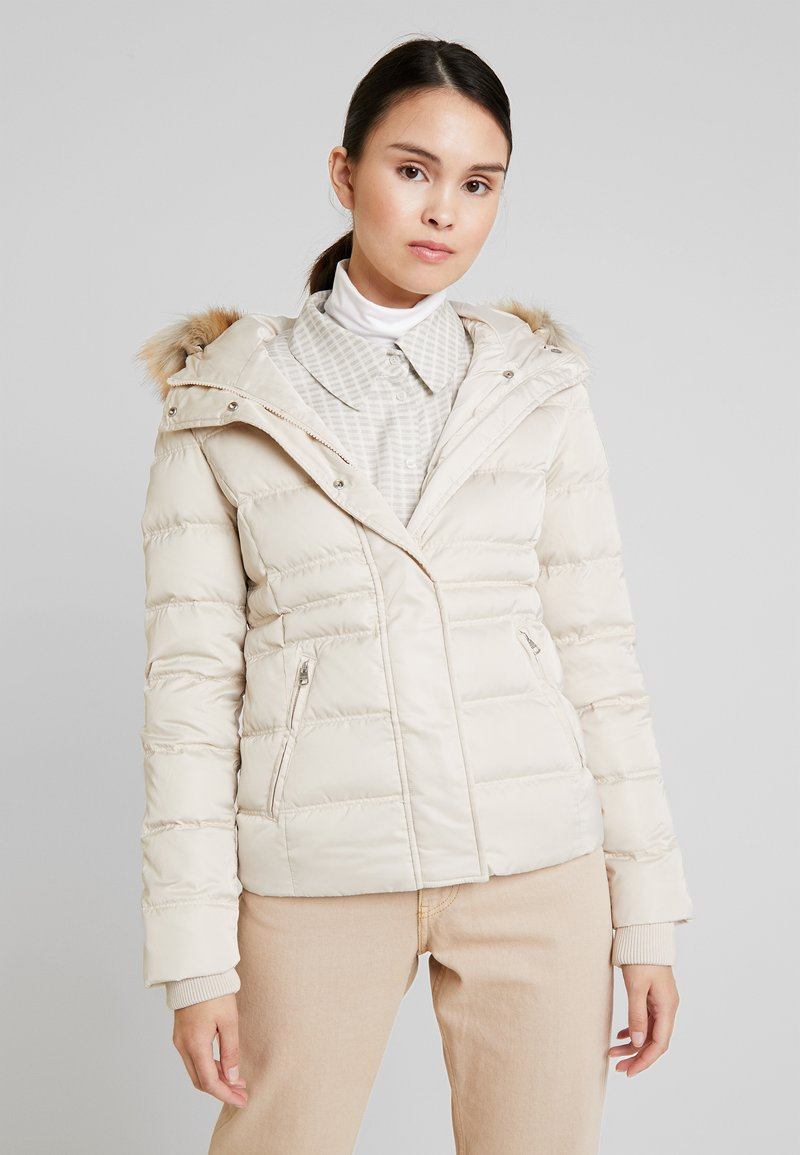 Calvin Klein Jeans - FITTED PUFFER - Doudoune - bleached sand