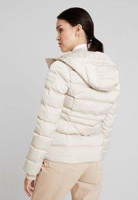 Calvin Klein Jeans - FITTED PUFFER - Dunjakke - bleached sand - 3