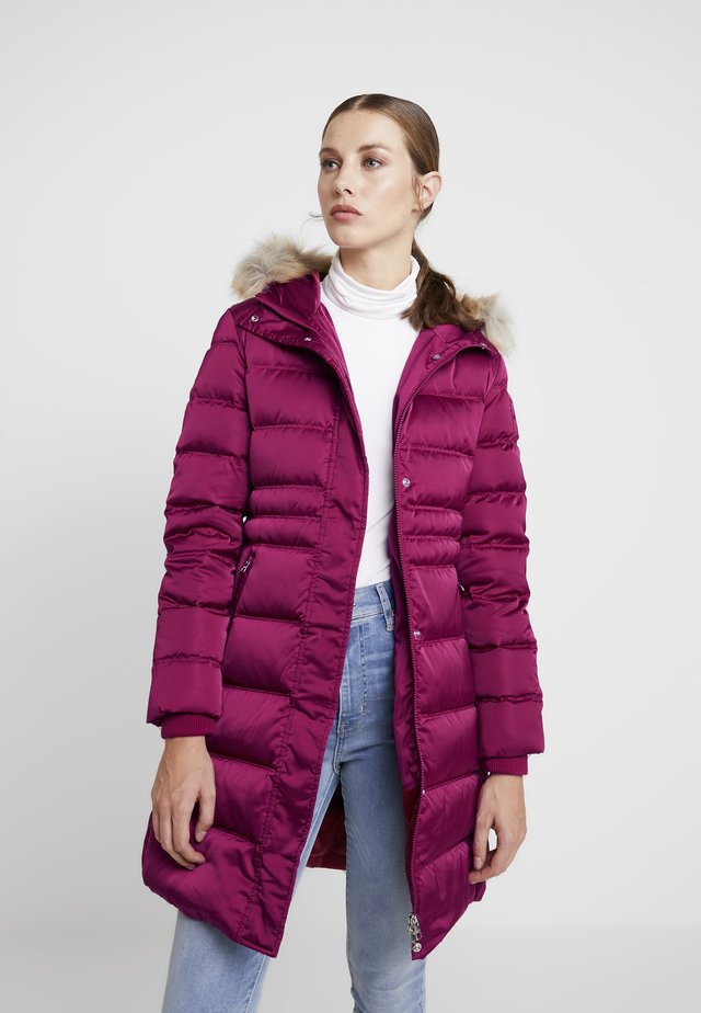 LONG PUFFER - Daunenmantel - beet red