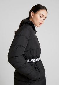 Calvin Klein Jeans - LONG PUFFER WITH WAIST BELT - Abrigo de invierno - black - 3