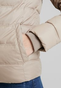 Calvin Klein Jeans - SHORT FITTED PUFFER - Light jacket - funghi - 6