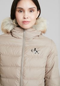 Calvin Klein Jeans - SHORT FITTED PUFFER - Light jacket - funghi - 4