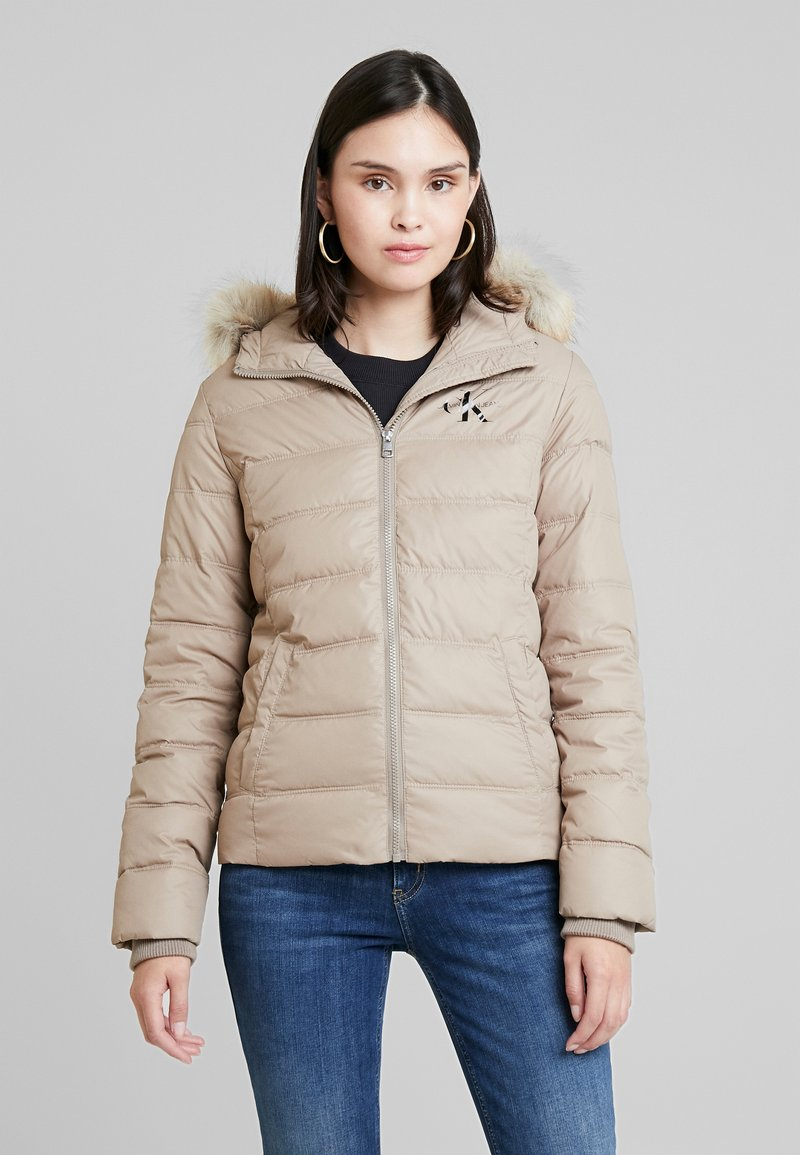 Calvin Klein Jeans - SHORT FITTED PUFFER - Light jacket - funghi