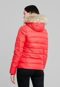 Calvin Klein Jeans - SHORT FITTED PUFFER - Lett jakke - racing red - 2