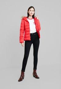 Calvin Klein Jeans - SHORT FITTED PUFFER - Lett jakke - racing red - 1
