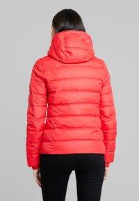 Calvin Klein Jeans - SHORT FITTED PUFFER - Lett jakke - racing red - 3