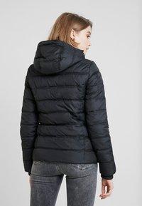 Calvin Klein Jeans - SHORT FITTED PUFFER - Veste mi-saison - black - 3