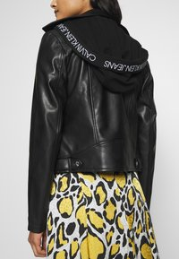 Calvin Klein Jeans - HOODED JACKET - Veste en similicuir - black - 3