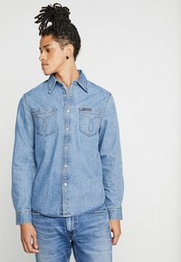 Calvin Klein Jeans - LONG SLEEVE UTILITY OMEGA - Shirt - denim - 0